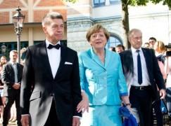 Bundeskanzlerin Angela Merkel (CDU) und ihr Ehemann Joachim Sauer, aufgenommen am 25.07.2015 bei der Eröffnung der 104. Bayreuther Festspiele in Bayreuth (Bayern) in der Pause. Die Richard-Wagner-Festspiele dauern bis zum 28. August. Foto: Tobias Hase/dpa +++(c) dpa - Bildfunk+++