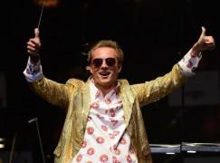 International maestro shuns black dress code
