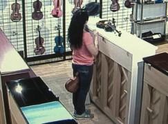 Watch live as a woman thief steals a violin
