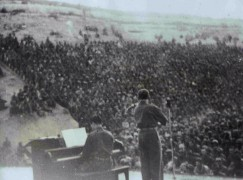 Who's this playing for Heifetz and the troops in 1945?