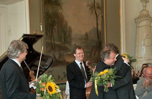 Andras Schiff's partner loses viola and 3 bows on a train