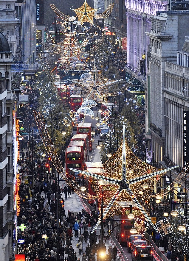 epa03036900 Christmas Shoppers are pictured along Oxford Street on the busiest shopping day of the year in London, Britain, 17 December 2011. Britain's shoppers will spend just over 1.5 million pounds (1.78 million euros) a minute in total on what is research suggests will be the busiest shopping day of the year. EPA/ANDY RAIN
