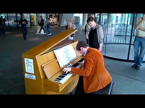 Top pianist is kept waiting at railway station
