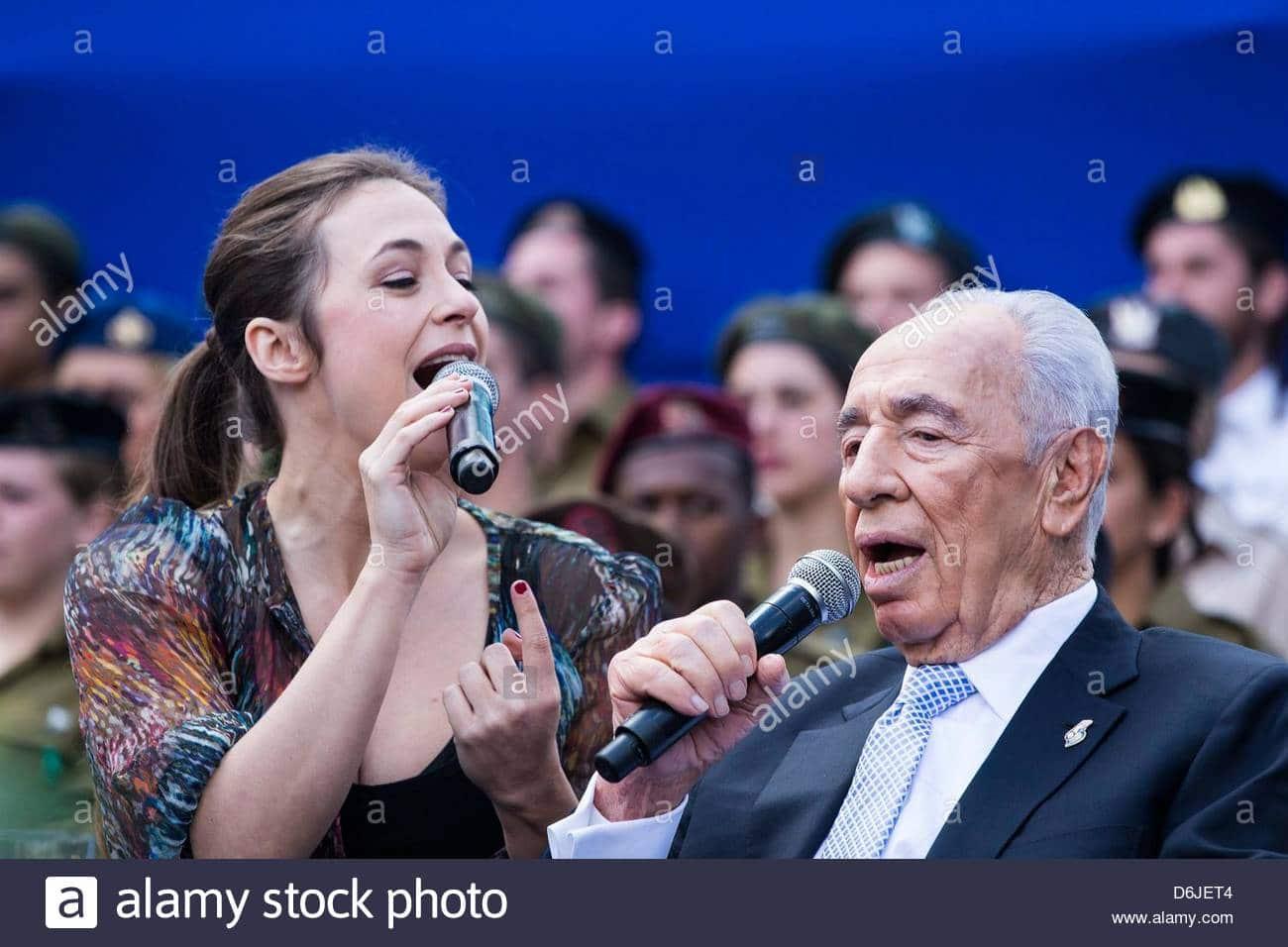 israeli-president-shimon-peres-r-singing-in-honor-of-outstanding-d6jet4