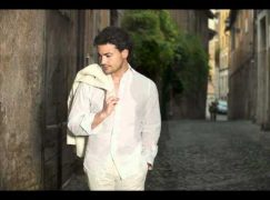Watch: Vittorio Grigolo in spontaneous duet with LA street singer
