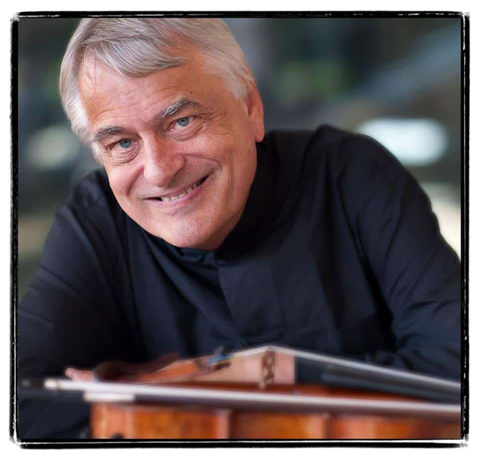 Eminent violinist is refused boarding by Qantas