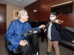 Itzhak Perlman teaches child with leukaemia