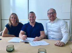 Label news: DG sign two conductors