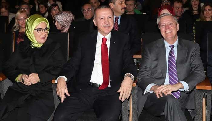 Turkey's Erdogan makes peace with errant pianist