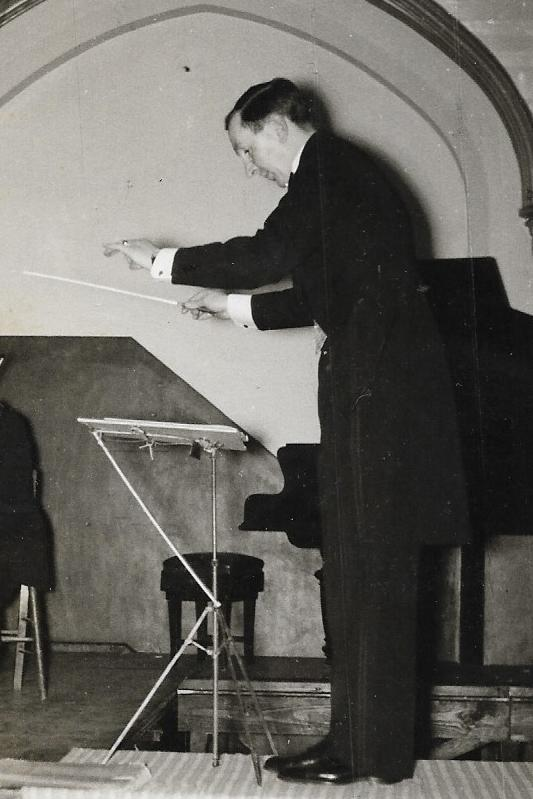 Death of UK orchestra founder, 100