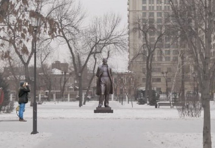 A statue to Shostakovich on the site of the 7th symphony (rare film)