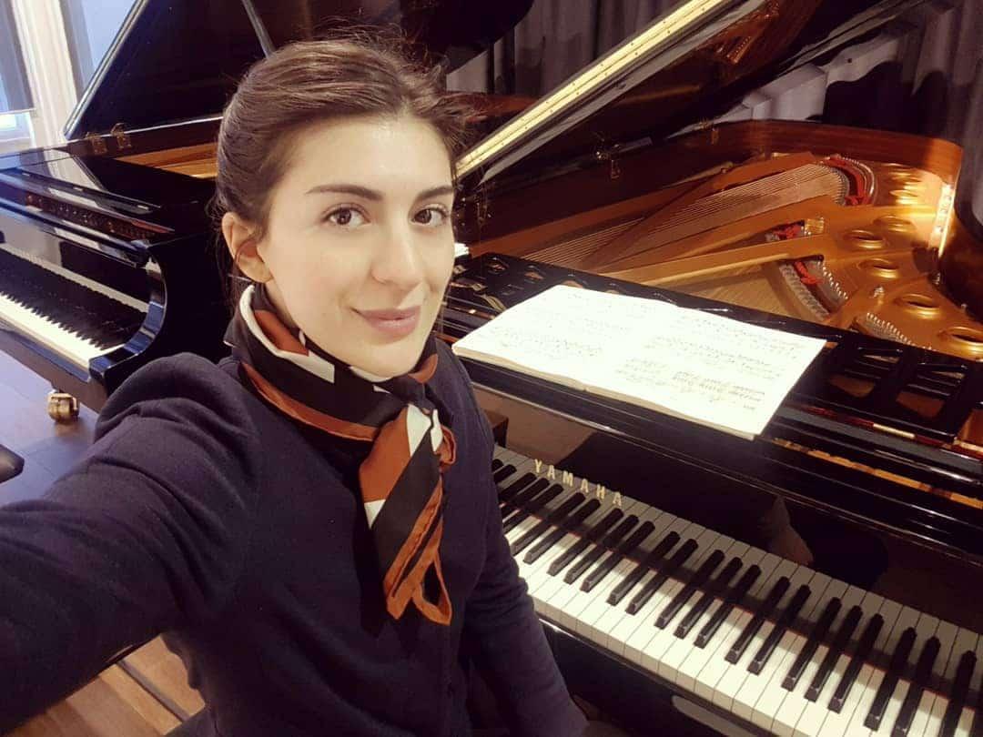 Piano news: Warner signs a Georgian dog lover