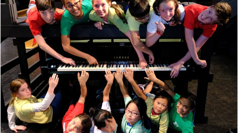 How many pianists can you sit at a keyboard?