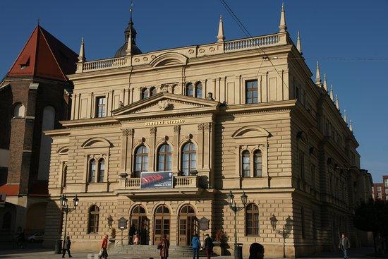 Opera house sacks all its singers