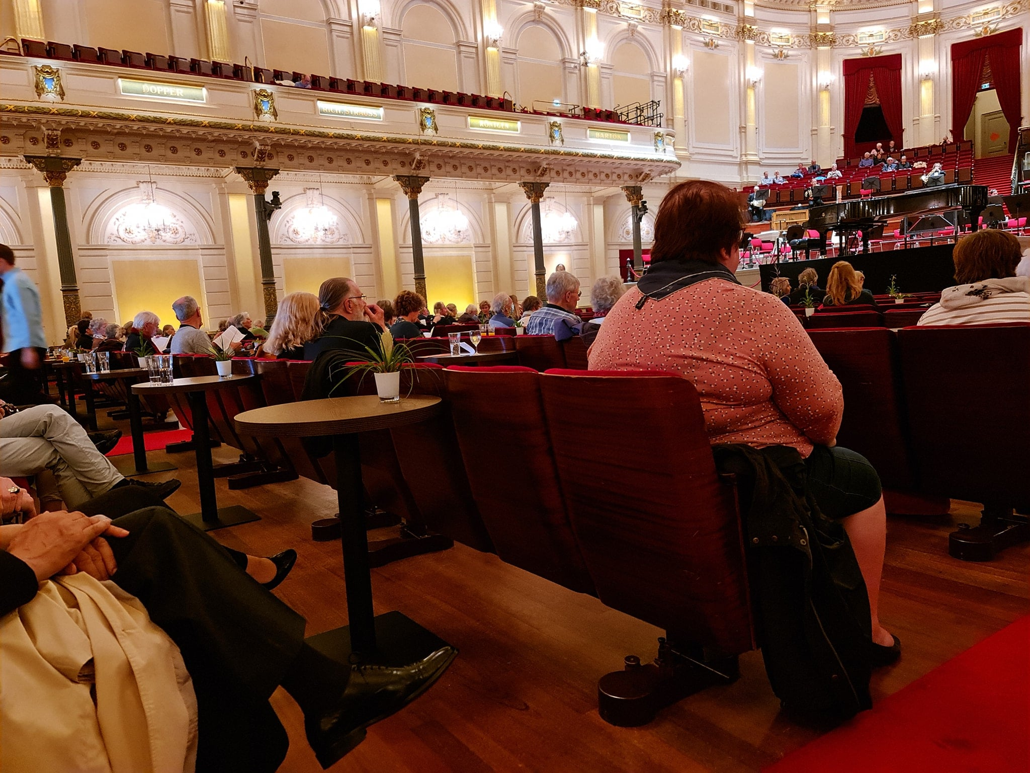 Concertgebouw rips out seats, instals drinks tables