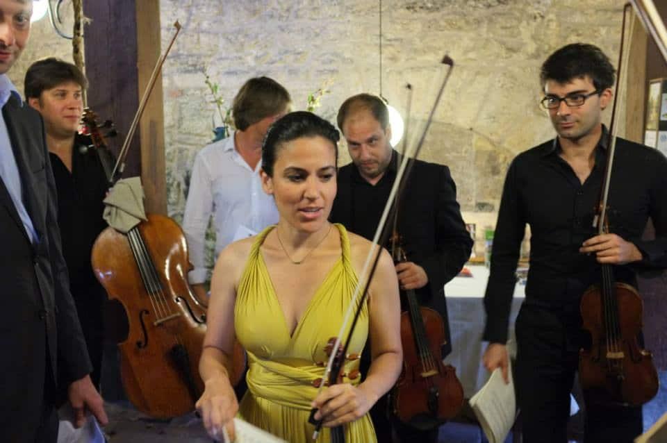 Mourning for popular violinist, 44