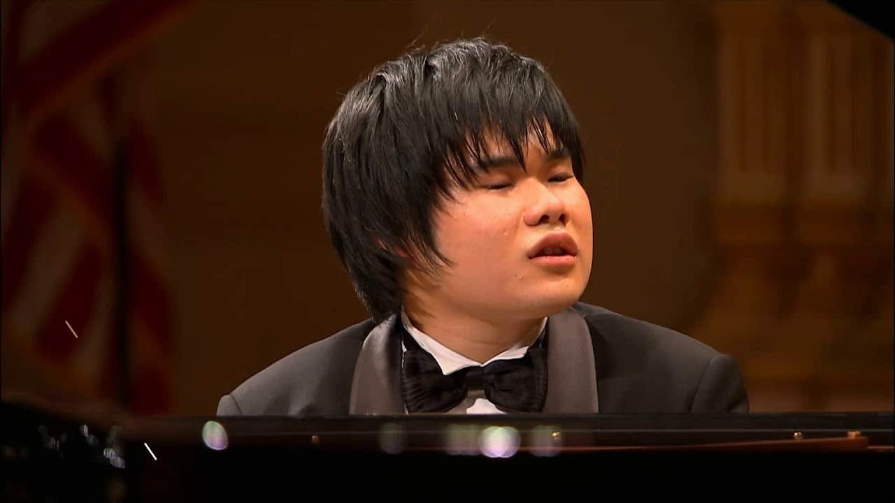 Carnegie Hall pianist weeps uncontrollably as he plays